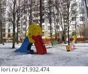 Купить «Детская игровая площадка во дворе жилого дома на 16-ой Парковой улице в Измайлове. Москва, 2016 год», эксклюзивное фото № 21932474, снято 4 февраля 2016 г. (c) lana1501 / Фотобанк Лори