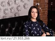 Девушка сидит на диване. Стоковое фото, фотограф Дмитрий Витушкин / Фотобанк Лори