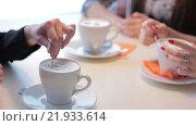 Женщина размешивает ложкой сахар в кофе. Стоковое видео, видеограф Алексндр Сидоренко / Фотобанк Лори