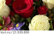 Купить «Яркий букет из роз, ирисов и альстромерий», видеоролик № 21939890, снято 10 февраля 2016 г. (c) Юлия Машкова / Фотобанк Лори