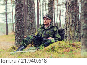 Купить «young soldier or hunter with gun in forest», фото № 21940618, снято 14 августа 2014 г. (c) Syda Productions / Фотобанк Лори