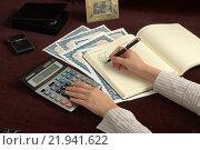 Подсчеты иллюстрирует рука, калькулятор и ручка. Редакционное фото, фотограф Тимофей Изотов / Фотобанк Лори