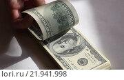 Купить «Пачка купюр номиналом 100 долларов в руке», видеоролик № 21941998, снято 26 февраля 2016 г. (c) Яна Королёва / Фотобанк Лори
