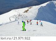 Купить «Сочи, горнолыжный курорт Роза Хутор. Люди катаются на горных лыжах и сноубордах», фото № 21971922, снято 27 февраля 2016 г. (c) Овчинникова Ирина / Фотобанк Лори