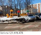 Купить «Детская игровая площадка во дворе жилых домов на 1-ой Владимирской улице. Москва, 2016 год», эксклюзивное фото № 21978478, снято 28 февраля 2016 г. (c) lana1501 / Фотобанк Лори
