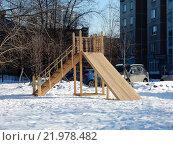 Детская игровая площадка во дворе жилых домов на Зеленом проспекте. Москва, 2016 год. Стоковое фото, фотограф lana1501 / Фотобанк Лори