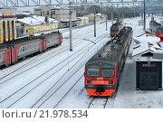 Купить «Электропоезда на станции», фото № 21978534, снято 23 февраля 2016 г. (c) Ольга Логачева / Фотобанк Лори