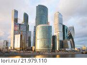 """Бизнес-центр """"Москва-Сити"""" облачным апрельским вечером (2015 год). Редакционное фото, фотограф Виктор Карасев / Фотобанк Лори"""