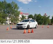 Купить «Учебный автомобиль на площадке для вождения в автошколе», фото № 21999658, снято 25 июня 2019 г. (c) Vadim Polishchuk / Фотобанк Лори