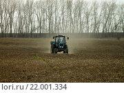 Трактор на поле разбрасывает минеральное удобрение (2013 год). Редакционное фото, фотограф andreyrostov / Фотобанк Лори