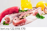 Бифштекс, зелень, чеснок, лимон, красный перец и лавровый лист. Стоковое фото, фотограф Riasna Yuliia / Фотобанк Лори
