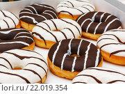 Полосатые глазированные пончики. Стоковое фото, фотограф Aleksandr Tishkov / Фотобанк Лори