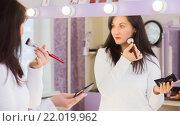 Молодая женщина делает макияж. Стоковое фото, фотограф Aleksandr Ryzhov / Фотобанк Лори
