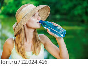 Купить «Girl in straw hat drinks water», фото № 22024426, снято 14 июля 2018 г. (c) easy Fotostock / Фотобанк Лори