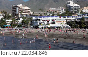Вид на отели и торговый пандус на городском пляже. Плая Фанабе (Playa Fanabe). Коста Адехе, Тенерифе, Канарские острова, Испания (2016 год). Редакционное видео, видеограф Кекяляйнен Андрей / Фотобанк Лори