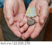 """Купить «Медаль """"За боевые заслуги"""" в ладонях ветерана», эксклюзивное фото № 22035270, снято 3 марта 2016 г. (c) Игорь Низов / Фотобанк Лори"""