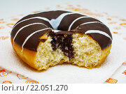 Пончик с глазурью и шоколадной начинкой. Стоковое фото, фотограф Aleksandr Tishkov / Фотобанк Лори