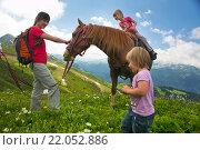Мама и дочка в горах  катаются на лошади на курорте Роза Хутор, Красная Поляна, Краснодарский край, Россия (2015 год). Редакционное фото, фотограф Марина Коробкова / Фотобанк Лори