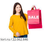 Купить «Woman hold with shopping bag showing a word sale», фото № 22062846, снято 8 июля 2020 г. (c) PantherMedia / Фотобанк Лори