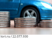 Монеты на фоне синего автомобиля. Стоковое фото, фотограф Сергеев Валерий / Фотобанк Лори