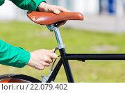 Купить «close up of man adjusting fixed gear bike saddle», фото № 22079402, снято 30 мая 2015 г. (c) Syda Productions / Фотобанк Лори