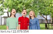 Купить «amazed boy and girls looking up over backyard», фото № 22079554, снято 9 января 2016 г. (c) Syda Productions / Фотобанк Лори