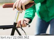 Купить «close up of man adjusting fixed gear bike saddle», фото № 22080362, снято 30 мая 2015 г. (c) Syda Productions / Фотобанк Лори