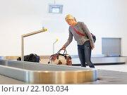 Купить «Женщина-путешественник забирает свой багаж в аэропорту», фото № 22103034, снято 15 июля 2019 г. (c) Matej Kastelic / Фотобанк Лори