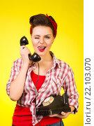 Девушка разговаривает по ретро телефону. Стоковое фото, фотограф Aleksandr Ryzhov / Фотобанк Лори