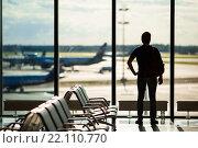 Купить «Силуэт пассажира, ожидающего рейс в аэропорту», фото № 22110770, снято 10 июня 2015 г. (c) Дмитрий Травников / Фотобанк Лори