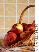 Корзина с красными яблоками на  кухонном столе. Стоковое фото, фотограф Шуба Виктория / Фотобанк Лори