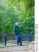 Купить «Скучающий пожилой мужчина в парке», фото № 22137322, снято 20 августа 2015 г. (c) Наталья Федорова / Фотобанк Лори