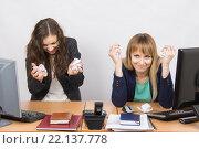 Сотрудницы офиса в ярости комкают бумагу. Стоковое фото, фотограф Иванов Алексей / Фотобанк Лори