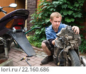 Ремонт старого скутера. Стоковое фото, фотограф Лощенов Владимир / Фотобанк Лори