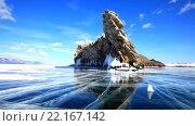 Купить «Байкал в ясный морозный зимний день. Красивый синий лед у скалистой оконечности острова Огой (Угунгой)», видеоролик № 22167142, снято 5 марта 2016 г. (c) Виктория Катьянова / Фотобанк Лори