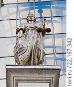 Купить «Статуя богини правосудия Фемиды на фоне здания Верховного Суда России. Москва», фото № 22167342, снято 13 марта 2016 г. (c) Екатерина Овсянникова / Фотобанк Лори