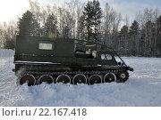Гусеничный транспортёр-тягач ГАЗ-34039 стоит в поле (2016 год). Редакционное фото, фотограф Александр Тараканов / Фотобанк Лори