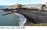Пляж Playa de Ajabo с черным вулканическим песком в городе Callao Salvaje. Отели на побережье. Тенерифе, Канарские острова, Испания (2016 год). Редакционное видео, видеограф Кекяляйнен Андрей / Фотобанк Лори