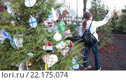Купить «Девушка делает селфи на телефон на фоне красивых украшенных шарами елок, городская инсталляция. Хельсинки», видеоролик № 22175074, снято 24 января 2016 г. (c) Кекяляйнен Андрей / Фотобанк Лори