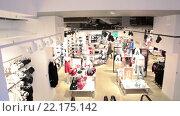 Купить «Торговый зал финского вещевого магазина в центре Хельсинки, Финляндия», видеоролик № 22175142, снято 24 января 2016 г. (c) Кекяляйнен Андрей / Фотобанк Лори