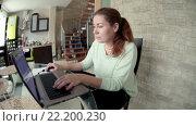 Купить «Молодая сосредоточенная женщина сидит на кухне за стеклянным столом и работает на ноутбуке, широкий угол», видеоролик № 22200230, снято 15 марта 2016 г. (c) Кекяляйнен Андрей / Фотобанк Лори