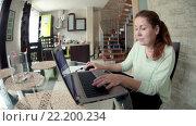 Купить «Женщина сидит на кухне за стеклянным столом и работает на ноутбуке, широкий угол», видеоролик № 22200234, снято 15 марта 2016 г. (c) Кекяляйнен Андрей / Фотобанк Лори