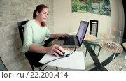 Купить «Привлекательная женщина сидит в просторной кухне и работает на ноутбуке», видеоролик № 22200414, снято 15 марта 2016 г. (c) Кекяляйнен Андрей / Фотобанк Лори
