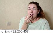 Купить «Молодая женщина чихает, прикрывая рот руками, помещение», видеоролик № 22200458, снято 15 марта 2016 г. (c) Кекяляйнен Андрей / Фотобанк Лори