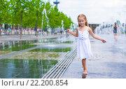 Купить «Девочка у фонтана в жаркий солнечный летний день», фото № 22200854, снято 25 мая 2014 г. (c) Дмитрий Травников / Фотобанк Лори