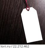Пустая бумажная бирка на деревянном фоне. Стоковое фото, фотограф Riasna Yuliia / Фотобанк Лори