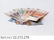 Деньги России и кредитные карты (2016 год). Редакционное фото, фотограф Александр Михайловский / Фотобанк Лори