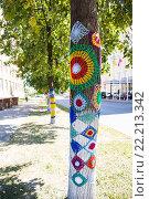 Купить «Дерево в вязаных кружевах», фото № 22213342, снято 12 августа 2015 г. (c) Ермилова Арина / Фотобанк Лори