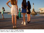 Купить «Девушки модельной внешности стоят на городской набережной города Севастополя, Республика Крым», фото № 22215570, снято 19 июля 2015 г. (c) Николай Винокуров / Фотобанк Лори