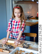 Девочка раскатывает тесто для рождественского печенья. Стоковое фото, фотограф Дмитрий Травников / Фотобанк Лори